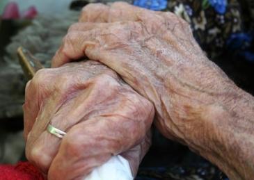 """Revoltator! In loc de flori, o batranica de 87 de ani a """"primit"""" un viol chiar de Ziua Femeii! Cine este agresorul"""