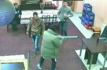 Au venit pentru a investiga un scandal intr-un bar, dar au fost primiti cu imbratisari si pupaturi! Doi politisti nemteni au avut parte de surpriza vietii!