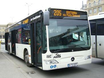 Un tatic se pregatea sa urce cu bebelusul lui intr-un autobuz RATB. Ce-a putut sa faca soferul autobuzului!