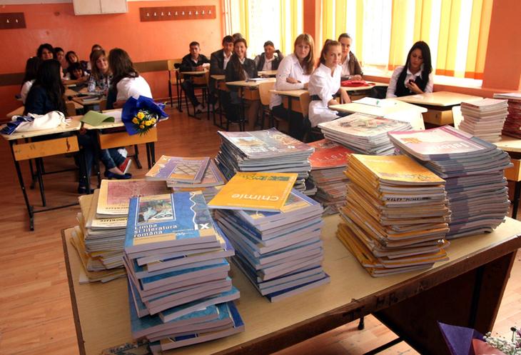 Adio, manuale alternative. De anul viitor, elevii vor invata dupa manualul unic! Legea asteapta sa fie promulgata de presedintele Iohannis