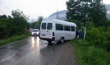 Accident cu 7 victime la Arad, dupa ce un microbuz a iesit de pe o strada secundara fara sa se asigure si a intrat in doua autoturisme