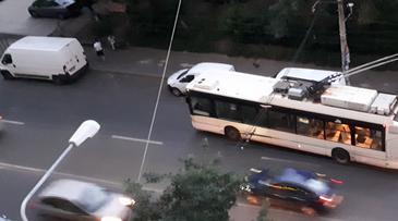Imagini incredibile surprinse in cartierul bucurestean Drumul Taberei! In asteptarea metroului, cetatenii s-au apucat de impins troleibuzele!