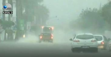 Cantitati mari de apa au inundat strazile din orasul turcesc Adana.  Ploile torentiale din ultimele zile au sufocat  gurile de canalizare si multe strazi au devenit impracticabile