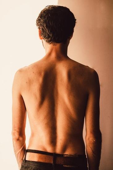 Durerile de spate - 3 cauze generate de pozitia corpului si remediile pentru acestea