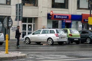Parcagiii din Bucuresti devin tot mai violenti. O echipa a stirilor Kanal D a fost agresata de un astfel de individ in timp ce il filma in actiune