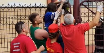 Video socant! O fetita de 11 ani a ramas cu mana infipta in gardul unei scoli din Buzau