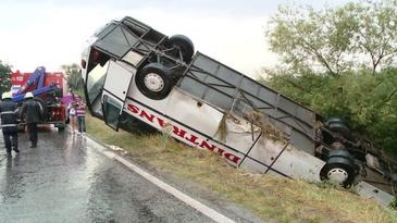 Accident soldat cu morti in Iasi, dupa ce un autoturism a intrat cu viteza intr-un autobuz cu pasageri!