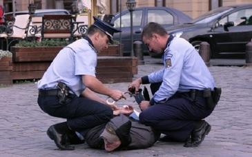 Barbatul care a injunghiat de mai multe ori un batran de 82 de ani in Brasov a fost prins in Vrancea!