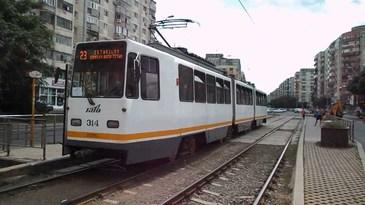 Accident sau teribilism? Un sofer din Bucuresti a ramas cu masina suspendata pe linia de tramvai!