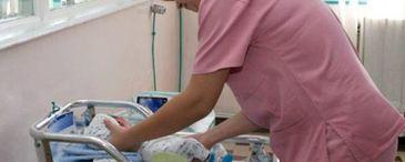 Imagini ireale filmate la Spitalul Judetean de Urgenta Targoviste! O asistenta medicala bruscheaza un bebelus in timp ce il hraneste! E greu de privit acest filmulet
