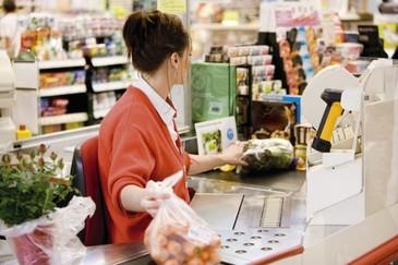 Gest emotionant facut de casiera unui supermarket din Timisoara pentru o mama saraca - Toti clientii magazinului au felicitat-o
