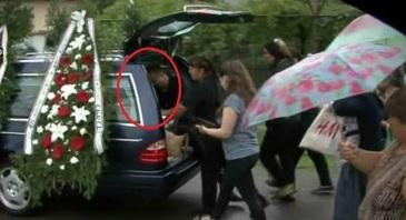 Gestul cutremurator facut la inmormantare de sotul politistei care si-a ucis copilul si mama, apoi s-a sinucis
