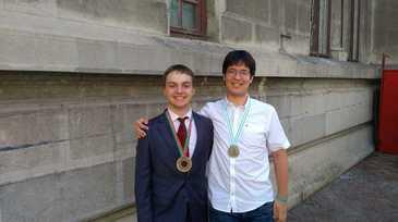 Doi tineri romani, medalii de argint si bronz la olimpiadele internationale de fizica si chimie