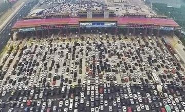 Vine diaspora! Coloane de masini intinse pe zeci de kilometri la intrarea in Romania! Se sta la coada cu orele!