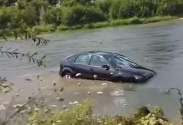 A vrut sa-si spele masina in rau, dar a venit viitura peste el! Ce a patit un sofer din Arges!