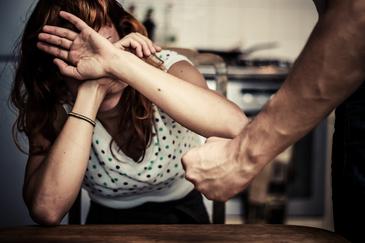 Un vasluian si-a taiat sotia cu cutitul pentru ca nu a vrut sa intretina relatii intime cu el de dimineata!