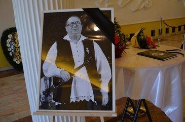 Ce le-a cerut primarul locuitorilor din Grosi, in ziua inmormantarii lui Dumitru Farcas! Marele taragotist va fi inhumat in spatele casei parintesti