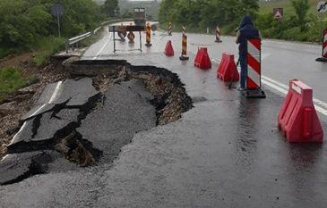 Un crater adanc de doi metri s-a format pe o strada din Brasov, in urma unei avarii la o conducta de apa