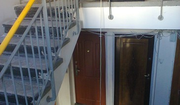 Un tanar din Pitesti a fost gasit mort in scara blocului. Vecinii cred ca ar fi cazut peste balustrada