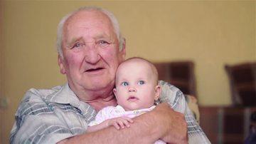 INUMAN! O fetita de 10 luni A MURIT dupa ce propriul bunic i-a facut ASTA! Micuta a indurat OPT ore de chin pana sa-si dea duhul!