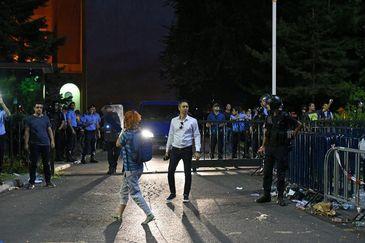 Noi imagini de la proteste! Purtatorul de cuvant al Jandarmeriei, fotografiat in timp ce coordona atacul!
