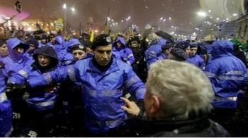 Jandarmul filmat in timp ce lovea un batran a fost promovat! In ianuarie, el era anchetat de Parchetul Militar