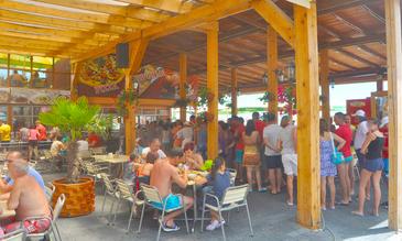 Scandal pe litoral! Un grup de turisti si cativa angajati ai unui restaurant s-au luat la bataie!