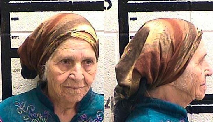 Batrana in varsta de 87 de ani , arestata de politisti pentru ca taia papadiile de pe marginea drumului!