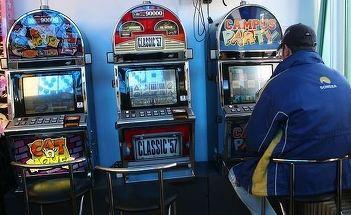 Un iesean si-a pierdut toti banii la pacanele, dupa care a talharit casiera salii de jocuri