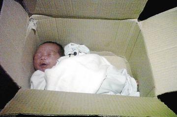 Copil abandonat pe marginea unui drum, intr-o cutie de carton! In ea erau si paturi, un biberon cu lapte si o hartie. Ce mesaj continea hartia!