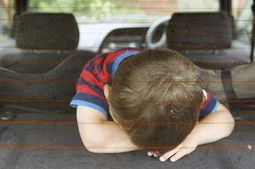 Un baietel de cinci ani a murit dupa ce mama sa l-a incuiat in masina timp de doua ore