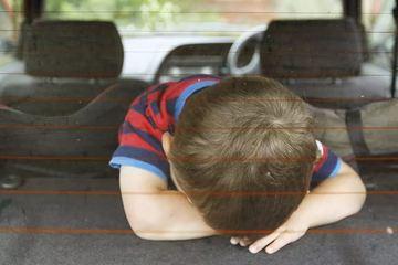 Un baietel de cinci ani a murit dupa ce mama sa l-a incuiat in masina timp de doua ore - E incredibil ce a facut EA in perioada ASTA