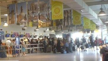 Zeci de romani, blocati de mai bine de 24 de ore pe un aeroport din Paris!