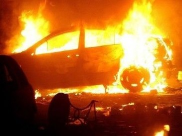Razbunare! O tanara din Botosani a dat buzna in curtea familiei iubitului si a incendiat masina baiatului, apoi a incercat sa fuga din tara