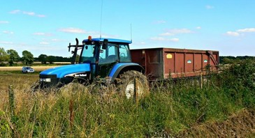 Un barbat de 68 de ani din judetul Valcea a murit dupa ce a cazut din remorca tractorului condus de fiul sau