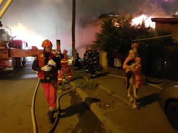 Incendiu devastator in Capitala! Peste 100 de salvatori au actionat pentru stingerea flacarilor care au cuprins un bloc de locuinte