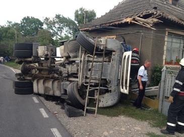 Video! Accident grav in Dambovita, la Motaieni. Un camion cu ciment s-a rasturnat si s-a izbit in zidul unei case dupa ce a distrus totul in cale