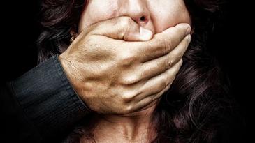 Revoltator! O femeie cu handicap din Odobesti a fost batjocorita de un adolescent de 17 ani