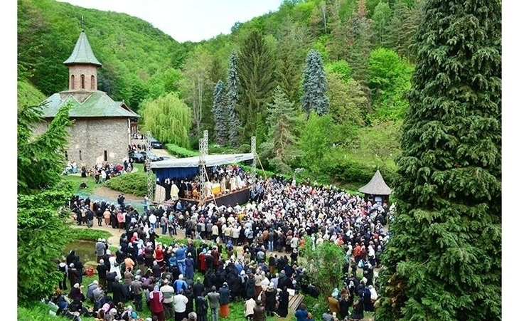 Hramul Manastirii Prislop. Mii de pelerini sunt asteptati la mormantul lui Arsenie Boca, de Inaltarea Sfintei Cruci