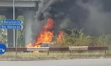 Flacari de cativa metri la Pitesti. O masina a fost incendiata sub Podul Viilor. Video