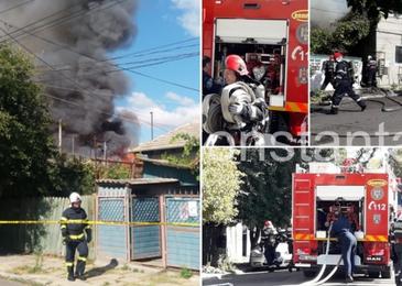 Incendiu puternic in Constanta! Flacarile au afectat trei case. Pompierii intervin in aceste momente pentru a stinge focul