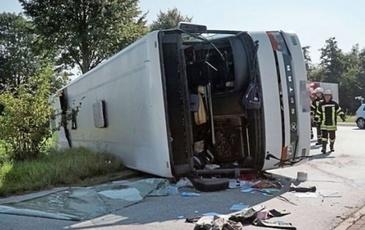 Un microbuz plin cu pasageri romani care plecau spre Anglia s-a rasturnat! Trei persoane sunt grav ranite