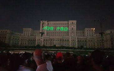 Mesajul proiectat de un protestatar #rezist pe Casa Poporului la festivalul iMapp. Primaria ameninta cu plangere penala
