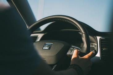 Copil de 12 ani, depistat de politisti la volanul unui autoturism. Proprietarul masinii este cercetat penal