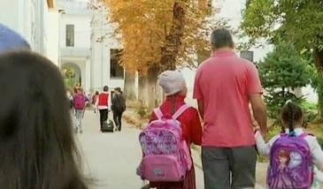 Drumul spre scoala, grija parintilor! La ce variante apeleaza parintii pentru ca elevii sa ajunga la timp la cursuri