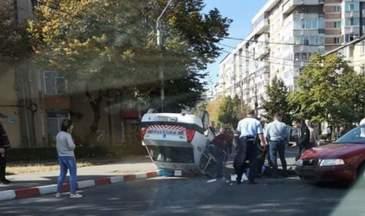 Maşină de poliţie răsturnată în intersecţie. Un agent a fost rănit