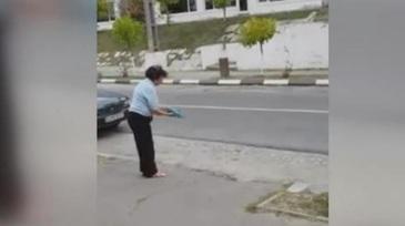 Pune cioburi pe trotuar ca sa nu-si mai parcheze oamenii masinile. Se intampla in Gorj, in apropierea unei gradinite.
