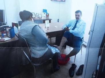 Femeie de serviciu, obligată să-i facă pedichiura directorului unei instituţii din Târgu-Jiu