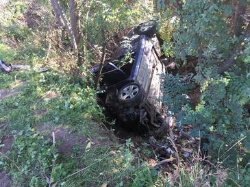 Doi bărbaţi au murit, iar o tânără de 19 ani este rănită, după ce maşina în care se aflau a căzut în râpă
