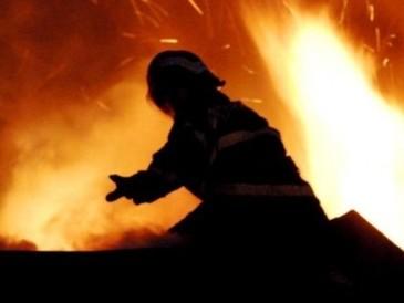 Incendiu la un complex comercial de mobilă din Capitală. Două persoane au fost transportate la spital